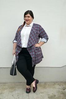 Outfit nero, bianco e bordeaux