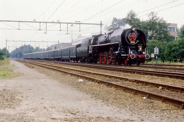 Assen, 28-07-1989. CSD 475 179 met pensioenexpres 47 naar Groningen komt binnen op spoor 3.