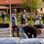 výstavba za pomoci dobrovoľníkov v Hobiťom dome.
