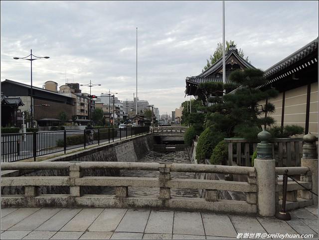 西本願寺。護城河
