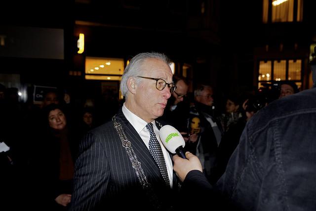 Burgemeester Jozias van Aartsen geeft een interview. Foto door Roel Wijnants.