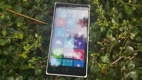 Lumia 830 ด้านหน้า