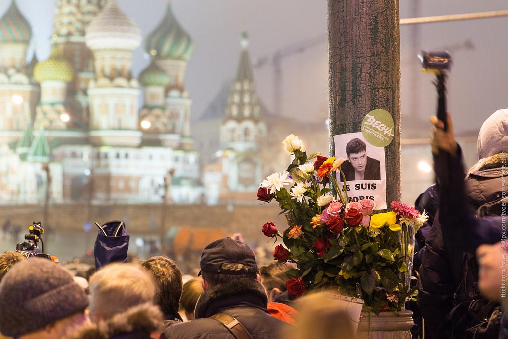 Люди у места гибели Бориса Немцова и собор Василия Блаженного