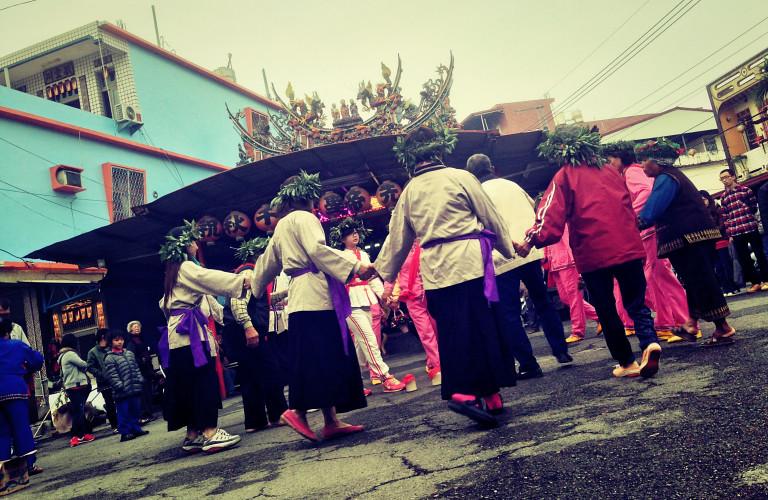 加匏朗部落,族人於部落地頭廟前跳戲。