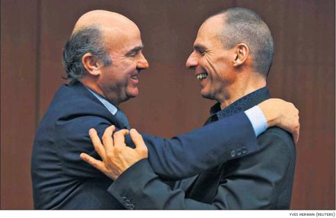 15c10 Luis de Guindos y Yanis Varoufakis eurogrupo del 8 marzo en Bruselas