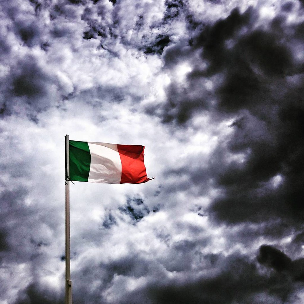 Italia, paese do sole  #Italy #flag #bandiera #green #red #white #colorful #colors #minimal #minimalism #sky #clouds #cloud #cloudporn #cloudscape #weather #nuvole #igers #Riccione #beautiful #likesforfollow #Italian