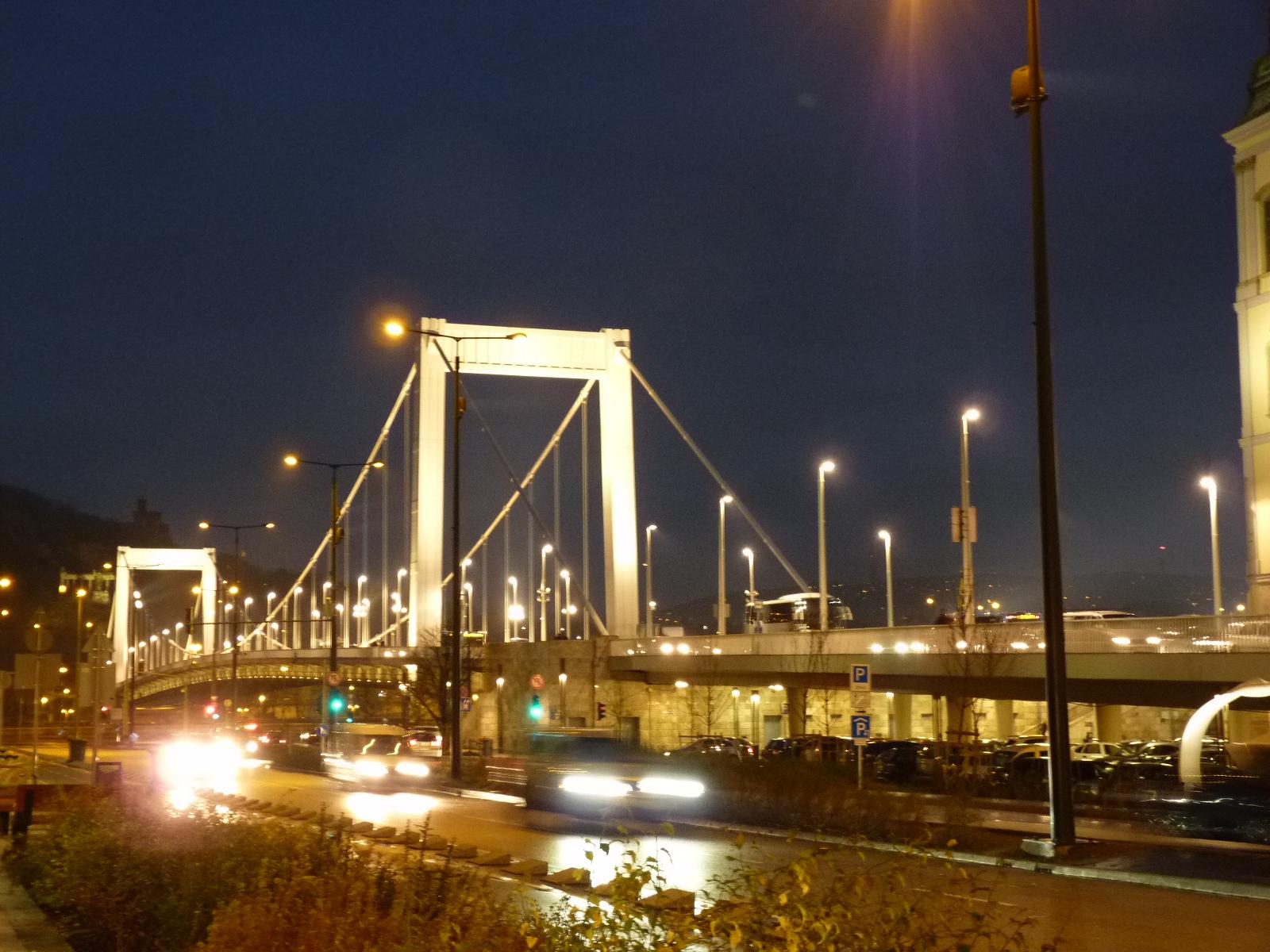 Brücke, beleuchtet