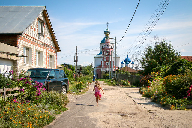 Village street scenery in Suzdal, Russia スズダリ、集落の路地にて