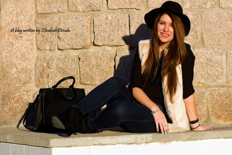 chaleco de pelo blanco y sombrero negro HEELSANDROSES (2)