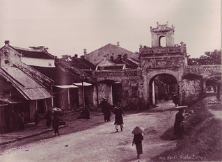HANOI ca 1880-90 by Dieulefils - Porte Dupuis - Đông Hà Môn, Cửa Ô Quan Chưởng ở đầu Phố Hàng Chiếu