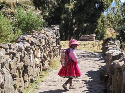 Lac Titicaca: une petite fille de l'île de Taquile