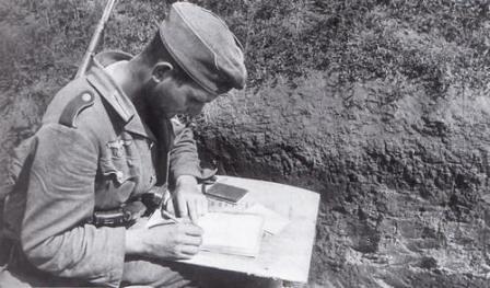 Soldado escribiendo una carta