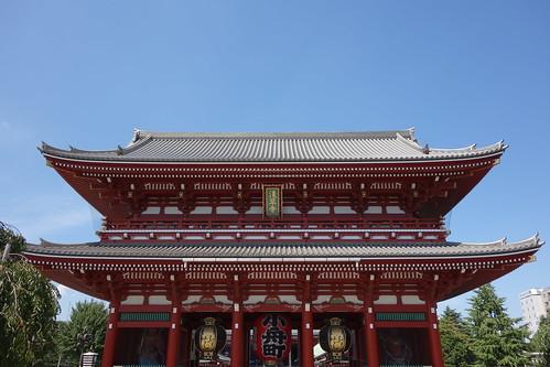 """Asakusa_3 """"浅草寺"""" の """"宝蔵門"""" の写真。 背景は青い空。 灰色の瓦屋根。 朱色と白色の配色。 赤い大提灯に黒い文字で大きく """"小舟町"""" と書いてある。 黒色と金色の配色の吊灯籠が左右にある。"""