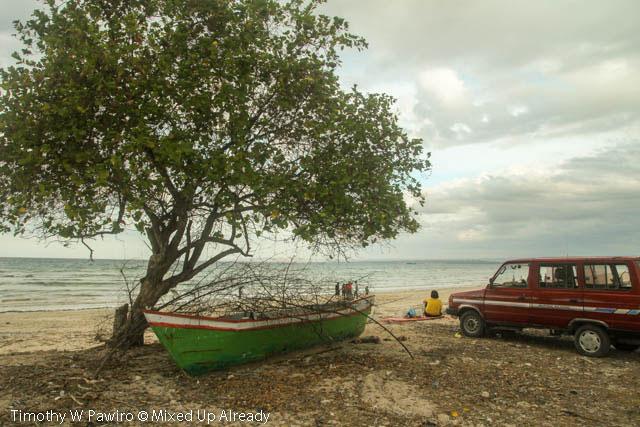 Indonesia - Sumba - 11 - Waingapu - Kuta beach - Family picnic