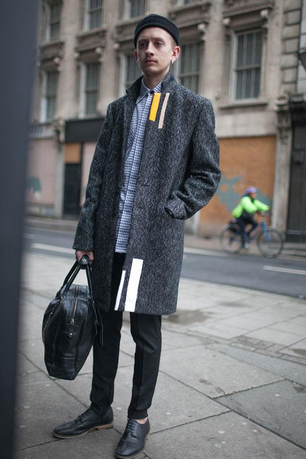 コートのデザインとギンガムチェックシャツで一味違うモノトーンコーデ
