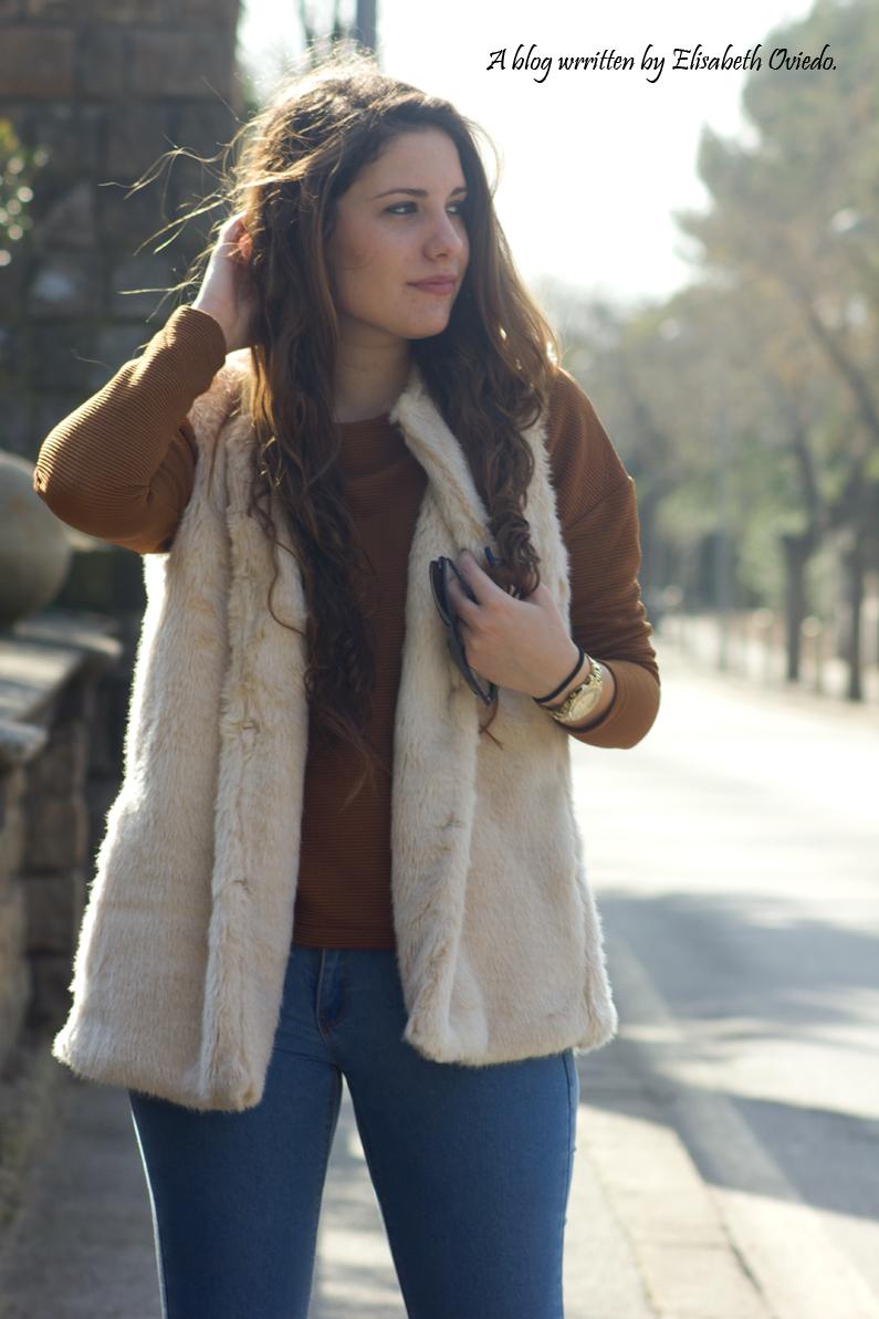 chaleco-de-pelos-blanco-jeans-y-botines-montaña-HEELSANDROSES-(7)