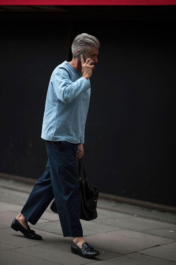 ライトブルースモックシャツ×紺ワイドパンツ×黒タッセルローファー