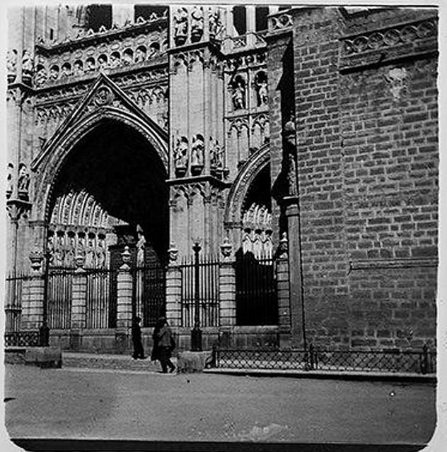 Puerta del Perdón de la Catedral en 1900. Fotografía de Augusto T. Arcimis © Fototeca del IPCE, MECD. Signatura ARC-0734_P