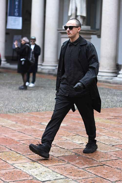黒コーデ ステンカラーコート+Nikeエアハラチ