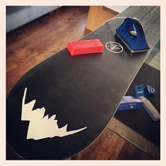 Gelijk maar weer ff onderhoud voor de volgende trip!! #snowboarden #holmenkol #waxing #edge-tuning