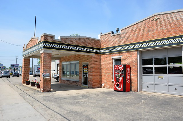 Wisconsin, Horicon, (former) Sinclair Gas Station; Vic's Auto Sales & Service