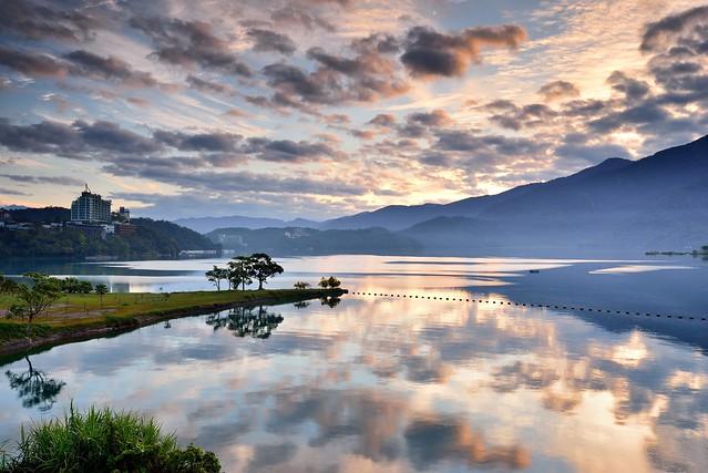 Morning glow at Sun Moon Lake 日月潭晨彩