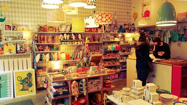 Der Eingangsbereich von FriedaHain mit vielen Sachen für Kinder.