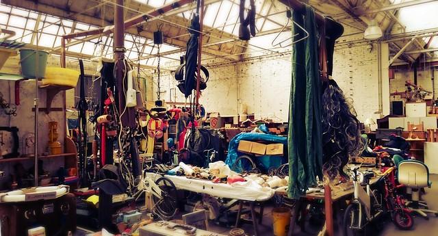 Blick auf die Waren in der Flohmarkthalle.