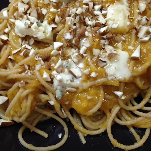 spaghetti zucca gorgonzola mandorle