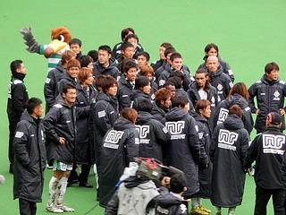 シーズン終了後恒例の記念撮影のために集まる選手・スタッフたち