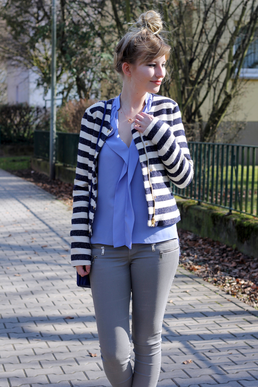 outfit-blue-blouse-skinny-girl-happy-blonde-bun-messie