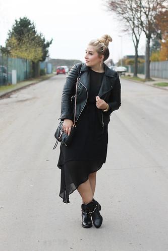 outfit-fashionblog-kleid-h&m-maxi-boots-nieten-rebecca-minkoff-tasche