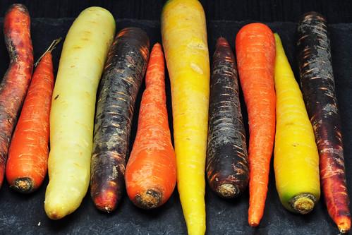 Vegan kochen vegetarisch bunt Wintergemüse Rezept Karotten Rüben bunte Teltower Rübchen Rote Beete Sprossen Keime Kürbiskerne Rezept Foto Brigitte Stolle