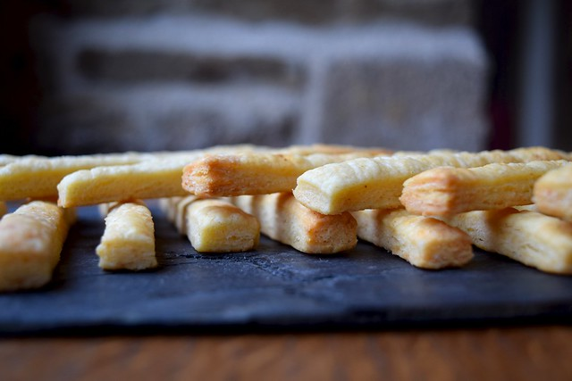 How To Make Classic Cheese Straws #cheese #canape #snacks #party | www.rachelphipps.com @rachelphipps