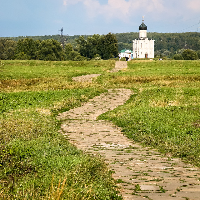 Winding road to the Church of the Intercession on the Nerl, Russia ポクロヴァ・ナ・ネルリ教会へ続く道