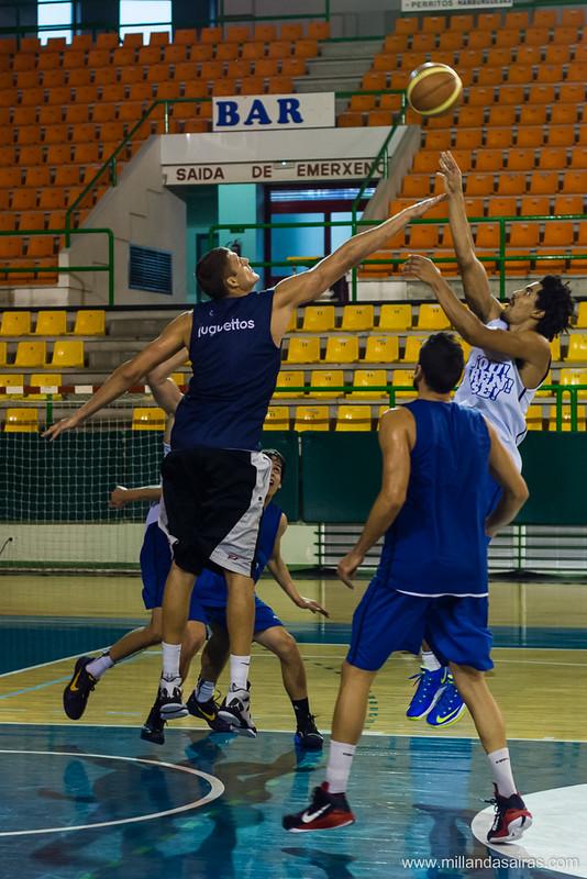 Balón en el aire disputado entre Marcos Suka y Deividas Busma