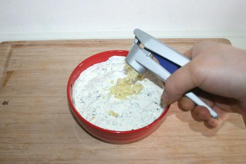 25 - Knoblauchzehe dazu pressen / Add garlic