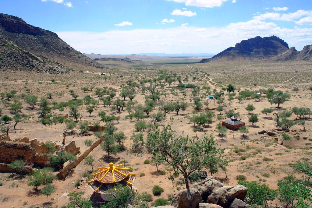 Templo budista ocultos en las montañas rocosas que abren la puerta del desierto de Gobi