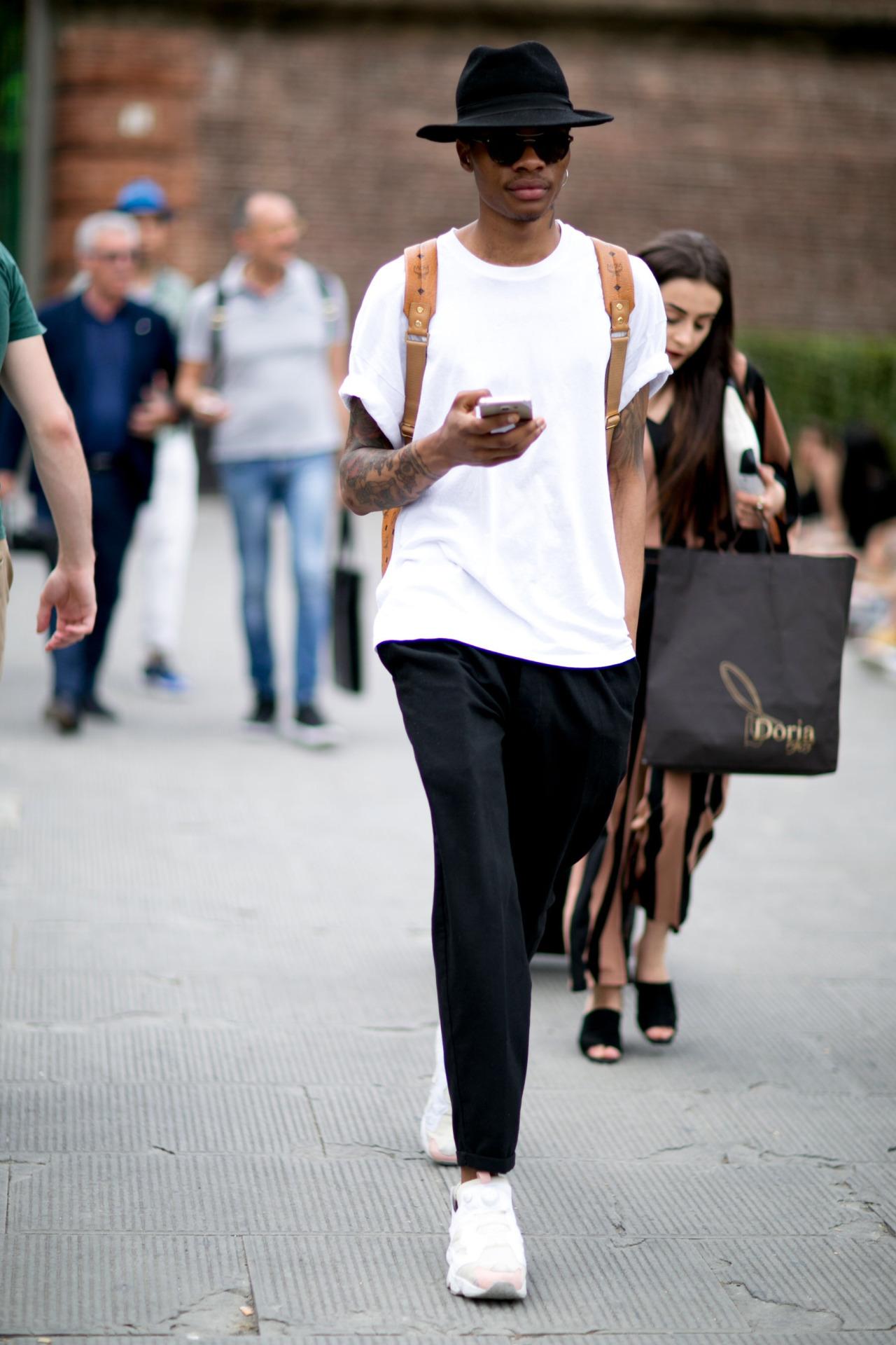 黒ハット×白無地Tシャツ×黒テーパードパンツ×Reebokインスタポンプフューリー白