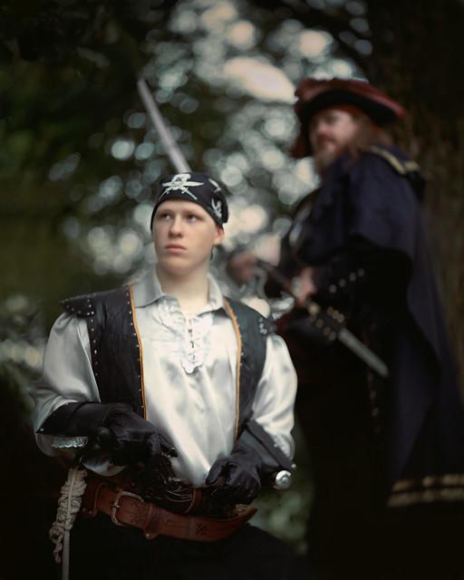Pirates are coperative sort only at sea / Пираты - социальные личности только будучи на воде