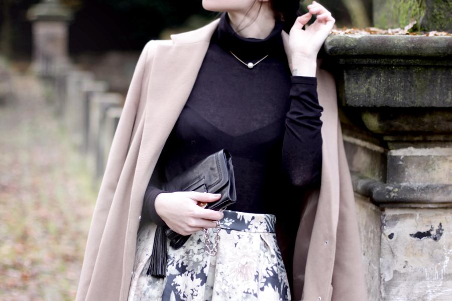 modern audrey outfit ootd nude pastel beige floral skirt bohoo prada sunglasses turtle neck pearl ricarda schernus cats & dogs 6