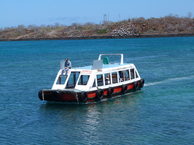 Barcotaxi que va de la isla de Baltra a Santa Cruz (Galápagos)