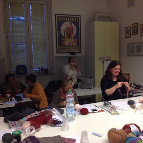 Si lavora in ogni angolino #emmafassio #emmafassioknitting #puntiespilli #ameliabefana #instaknit #knit #knitting #knittingfriends