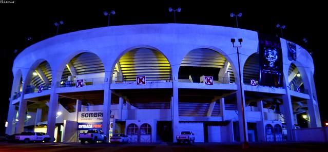 Vestida de Morado.. Asi Luce Esta Noche la Plaza Calafia En Mexicali Baja California. Foto:El Lemus