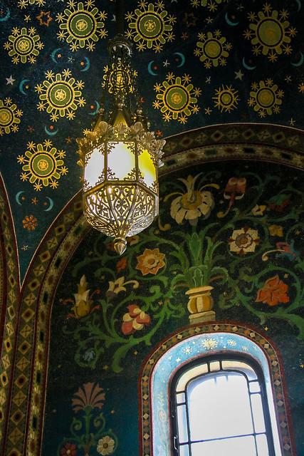 Lamp and window in Church of the Savior on Blood, Saint Petersburg, Russia サンクトペテルブルク、血の上の救世主教会のランプと窓