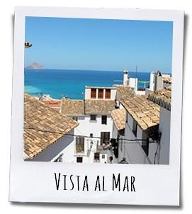Tijdens je wandeling naar het historische centrum word je verrast met schilderachtige doorkijkjes richting de azuurblauwe Middellandse Zee