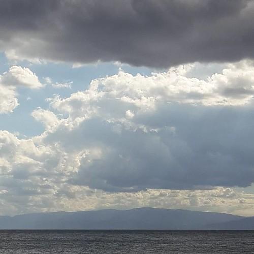 Come a voler dire. ...ancora qui stai?  È ora che ritorni a casa! !!! #nofilter  #clouds #mare #cielonero