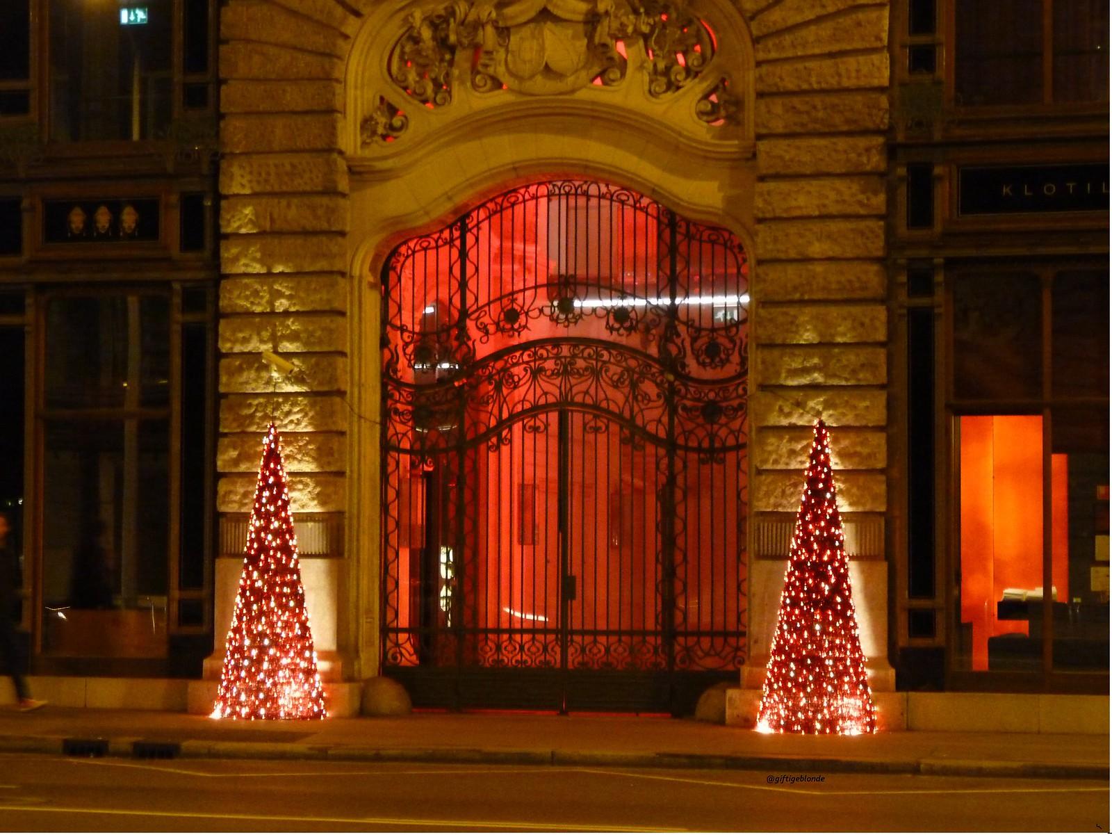 beleuchtetes Hotelportal
