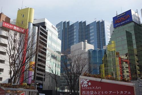 Ikebukuro_1 池袋で撮影した写真。 高層ビルディング群や落葉した樹木が写っている。