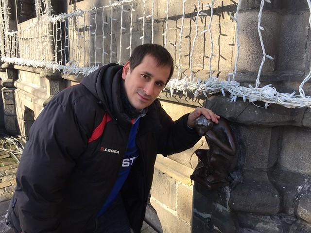 Acariciando la cabeza del mono de Mons (Valonia, Bélgica)